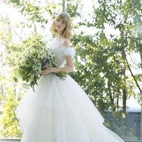 定番のAラインのドレスは、女性らしさを引き立てる人気のフォルム