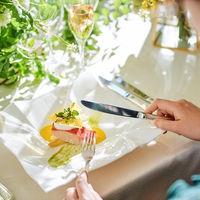見た目の華やかさはかかせない。彩り鮮やかに食材でお皿を飾るシェフのこだわり