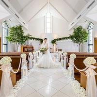天窓、ステンドグラスから差し込む自然光が美しい白亜の独立型チャペル「誓いの森 アティラウ」。約12m続く白大理石のバージンロードを大切な人とゆっくり進んで