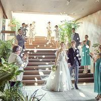 大階段ではゲストからの祝福を感じられるフラワーシャワーが人気