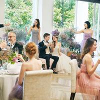 ふたりが座るメインテーブルはソファタイプにするなど、ゲストとの距離感を大切にしたコーディネートも自在