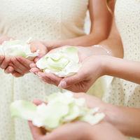 フラワーシャワーには花の香りで周囲を清め、悪魔から守るという意味が