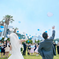 ガーデンで行うバルーンリリースは、大空に上がっていく様子をいつまでも眺めていたくなる人気の演出。