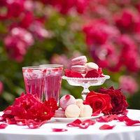 バラのマカロンとカクテルで、ガーデンパーティー。