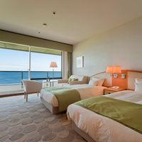 客室は全室オーシャンビュー! 結婚式前後にゲストと一緒に宿泊して本格的な滞在型リゾートウエディングも。 ゲストにこの景色をサプライズプレゼントしよう!