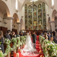 正統派挙式が叶う大聖堂では、アンティークのステンドグラスがおふたりを祝福してくれる