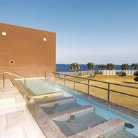 オーシャンビューの温浴施設。宿泊者は無料で利用できる。