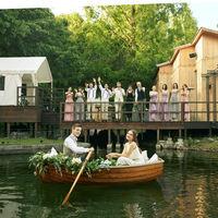 水辺から木製ボートにゆられてサプライズで登場する「ウエディングボート」入場は当館ならでは。誰もが忘れられない印象的な演出。