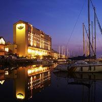 琵琶湖に囲まれ、ホテルの裏はヨットハーバー。感動の夕日が見れるかも!