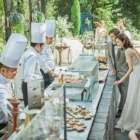 実際に足を運べるガーデンテラスには、ゲストをもてなすためのお祝いの料理が並ぶ
