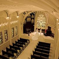 「 ファン・ ヴォールト(石の花) 」という技法を用いた7mの天井と白い大理石のバージンロード。