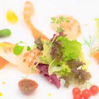 新鮮野菜や旬の食材を鮮やかに盛り付け