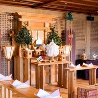 古民家の一室を改装した大黒柱が印象的な独立型神殿は優しい光が差し込む。