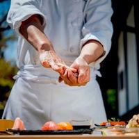 シェフ自ら握る、ライブ感溢れる料理パフォーマンスも