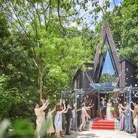 式後は青空の下、ゲストからのフラワーシャワーを浴びて。お写真の時間もしっかりと取れるのでゲストにも大変好評です♪