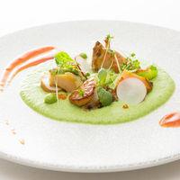 蝦夷鮑と活帆立貝柱のスモーク ブロッコリーのソースと春野菜