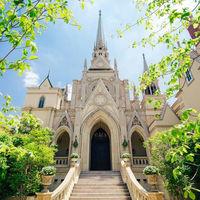 独立型の大聖堂。緑のガーデンと石造りのチャペルでナチュラルウエディングが叶います。