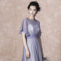 クールな印象の中に、フェミニンさも漂わせるドレスは洗練された女性のイメージに