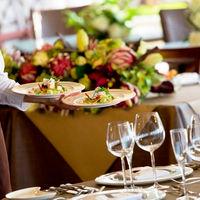 テーブルごとに担当スタッフが心を込めておもてなし。料理を素早くお届けし、ドリンクも絶妙のタイミングで注がれる。そんな細やかなサービスで最高級のおもてなしを