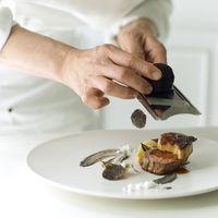 贅沢に黒トリュフと仏産フォアグラの饗宴。国産牛フィレと旬の食材を織り交ぜたロッシーニスタイル。