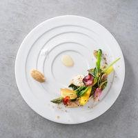 季節の野菜をトリュフとナッツであしらった見た目も美しいプルミエ。