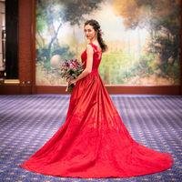 ロイヤルブルーの絨毯がカラードレスをより一層引き立てます