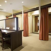 女性フィッティングルームは広々とし自由にお仕度に使うことができる。