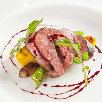『メイン』 黒毛和牛のステーキ アカシアの蜂蜜入りの赤ワインソース
