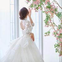 ベールやトレーンが目を惹くドレスで、バックシャンな花嫁に