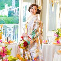 色打掛は白またはピンクの掛下に、鮮やかな打掛を羽織る装い。
