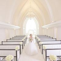 白ドレスが映える教会