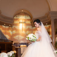 ルネサンス様式の木目の 落ち着いた色調のチャペルは ドレスも映える荘厳な雰囲気