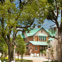 敷地内の緑豊かなガーデンには独立型少人数会場の迎賓館が佇む。一軒家貸し切りの贅沢気分を味わってくださうい。