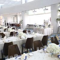 """レストラン""""ベイブルー""""白を基調とした会場は、どんなコーディネートも楽しめる"""