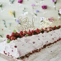 ロングロールウエディングケーキ。大切な人にも一緒に入刀して貰うサプライズにも。