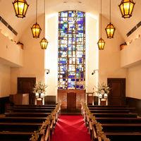 12階「聖テオドシオ教会」  クラシカルなチャペルには最大80名様着席可能 茶色を基調とした温かい色合いと雰囲気がお二人を包み込みます