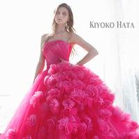 繊細な感性で花嫁の心を捉えるデザイナー KIYOKO HATA。纏った瞬間に体温があがるような、清らかで幸せ溢れる時間を演出するドレスコレクションです。