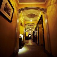 アンティークな絵画や調度品が飾られるホテル内の廊下☆