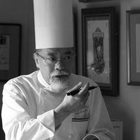 【大切なゲストに心から喜んでもらいたい】北海道ではたった1人しか受賞していない名誉ある勲章を受章した料理人 他にも数々の勲章を受賞している 総料理長 高橋千秋 がキッチンからハートを込めて大切なおふたりのゲストの元へお料理をお届けいたします