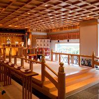 大きな窓からたっぷりと差し込む陽光、檜の香りと、明るい雰囲気に包まれる挙式会場「華祥殿」。