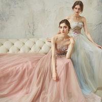 繊細なトーン・オン・トーンカラーの花柄刺繍レースを取り入れ、柔らかなギャザースカートを組み合わせたヴィンテージ感のあるドレス。