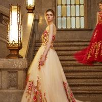 セージグリーン色リーフが綺麗なボタニカル柄レースを贅沢に施したカラードレス。デコルテにもレースを纏いエレガントな花嫁を演出。