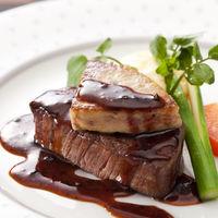 大人気のメイン料理は、牛フィレのロッシーニに決まり!!柔らか牛フィレの上に大きなフォアグラ、さらにさらに、濃厚トリュフソースが決め手の最高の一品!!