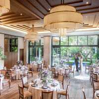 天井高4.5の開放感ある披露宴会場 一面が貸切ガーデンへと一続きでどの場所からでも自然を感じることができる