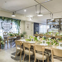 料理が魅力のレストランウエディング。ゲスト席からものぞめるオープンキッチンからは、出来立てのお料理の香りがただよう。五感をフルに活用した空間はゲストを喜ばせる演出も多数♪