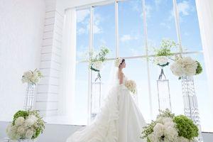 大きな窓から青空が輝く「クリスタルスカイチャペル」