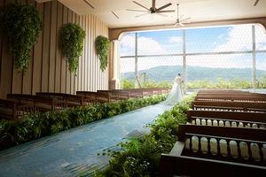 窓から差込む自然光と東山の緑が美しいサウンドホール