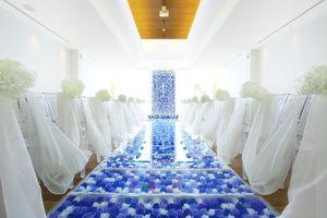 6000本のブルーローズ彩る幻想的なバージンロード