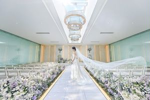 天井から自然光が降りそそぎ透明感に溢れる光チャペル