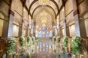 祝福の羽根舞う白亜のチャペル ラ・ブリエ教会